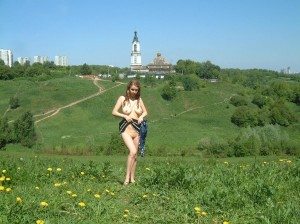 Amateur-russian-girl-takes-off-her-dress-and-posing-naked-at-public-park-2