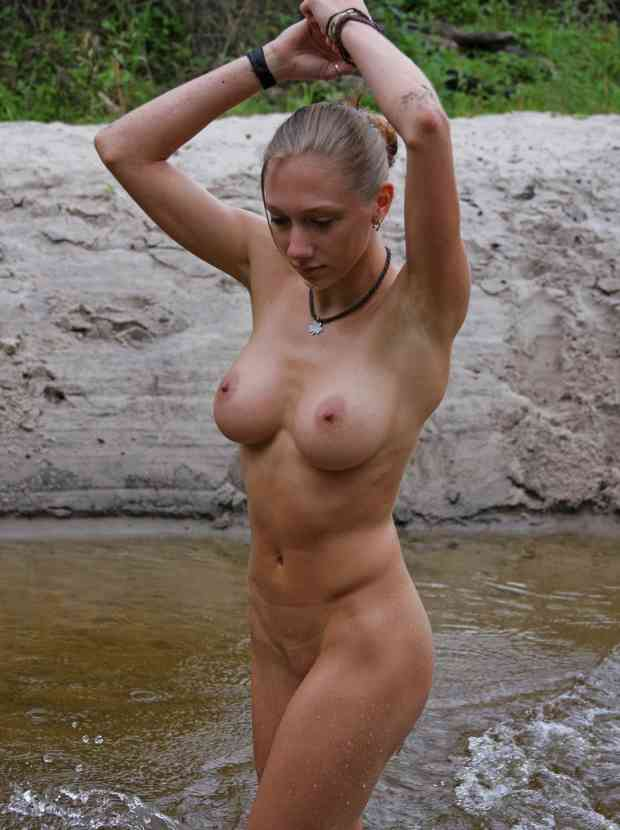 Dazzling shows her healthy body in the river